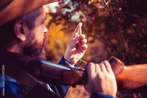 Fotografia  Hunter Classic. Texas ranger with shotgun gun on hunt. Cowboy.