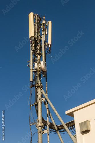 Fotografía  Antenas de telefonía movil con sus conexiones y cableado en azotea de edificio