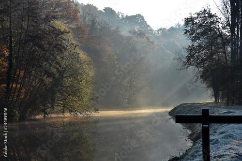 Valokuva Paysage dans la brume et les rayons de soleil