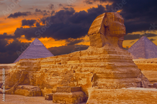Tuinposter Egypte Sphinx against the backdrop of the great Egyptian pyramids. Africa, Giza Plateau.