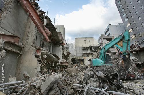 ショベルカーを使った都市のビル解体現場 Canvas