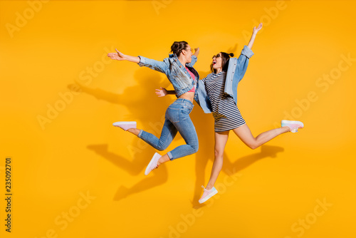 Fotografía  Full legs body size portrait of two sweet gorgeous glad positive