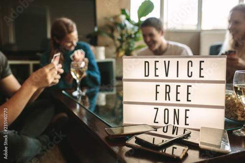 Fotografía  Device free hangout party