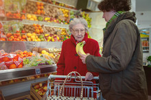 Seniorin Im Supermarkt Mit Bet...