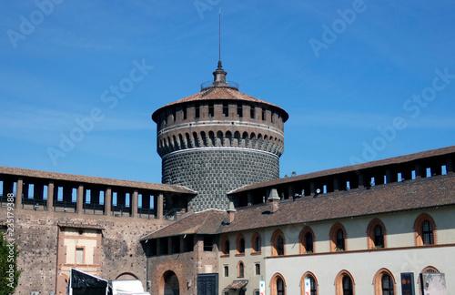 Plakat Zamek Sforzesco to zamek, który znajduje się na starym mieście w Mediolanie we Włoszech i obecnie mieści się muzeum sztuki. Oryginalna konstrukcja tego miejsca rozpoczęła się w XV wieku.