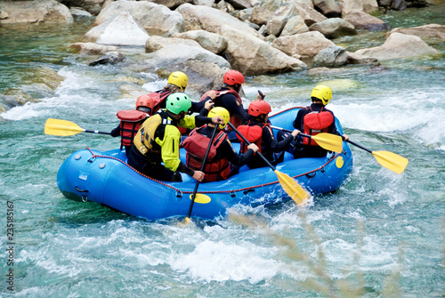 Rafting in un torrente di montagna