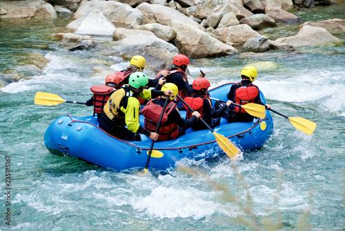 Photo Rafting in un torrente di montagna