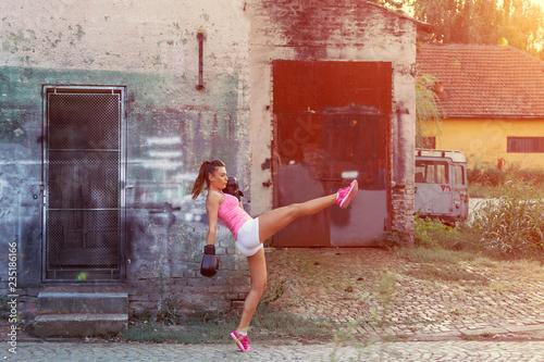 Photo  Kick boxer girl exercise on street