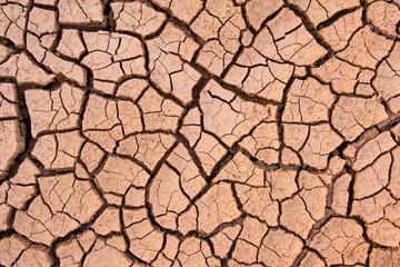 Pęknięta ziemia, popękana ziemia. tekstury grungy suche pękanie spieczona ziemia. Globalny efekt odrobaczania.