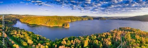Jezioro Solinskie w Bieszczadach w świetle wschodu słońca