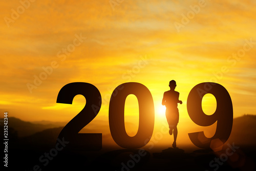Fotografía  silhouette of man running in 2019 text for happy new year concept