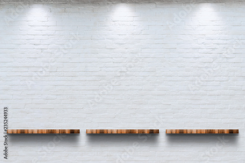 Fotografía Empty top of wooden shelf with white brick wall background.