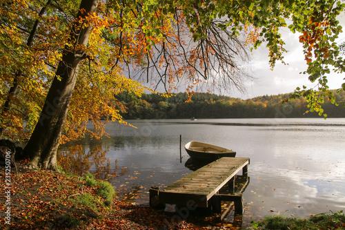 In de dag Bleke violet romantische Herbst Landschaft mit schönem Herbstlaub am See