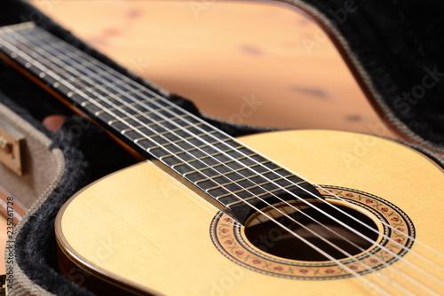 Fotografija  Close-Up Nahaufnahme einer Weihnachts-Akustik-Gitarre aus Spanien auf Holzfussbo