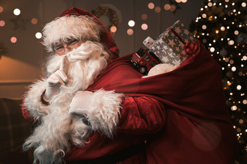 Panel SzklanySanta Claus with finger on the lips gesturing shh sign