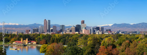 Fotomural  Skyline of Denver downtown with Rocky Mountains