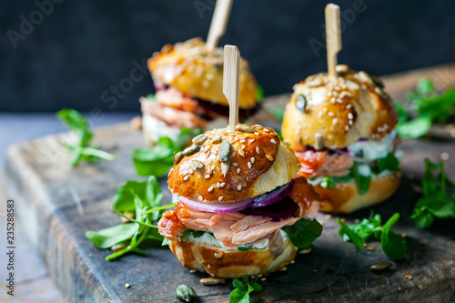 Staande foto Snack Brioche buns with hot smoked salmon, beetroot, salad and yogurt dressing
