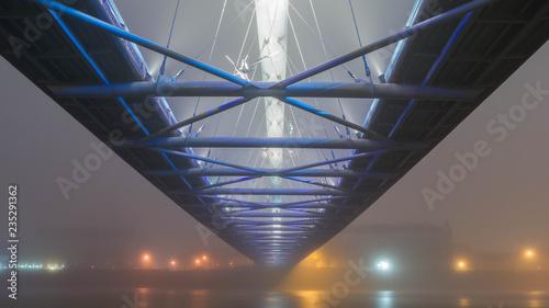 Obraz Oświetlony most w nocy we mble - fototapety do salonu