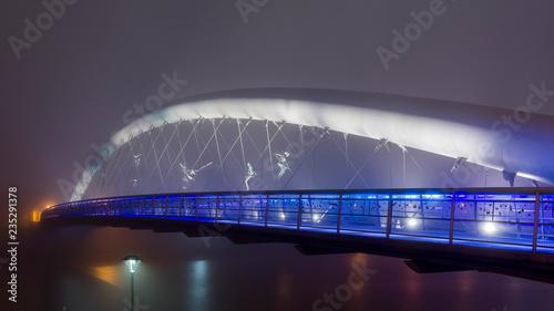 Oświetlony most w nocy we mble