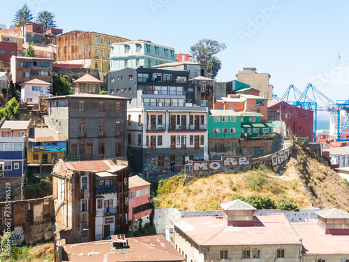 Tuinposter Centraal-Amerika Landen View on Cityscape of historical city Valparaiso, Chile. The colorful houses and hectic street in Valparaiso.