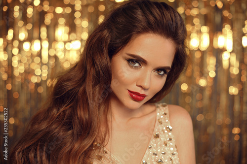 Fotografia  Fashion Beauty Girl Portrait Isolated on golden Christmas glittering lights Background