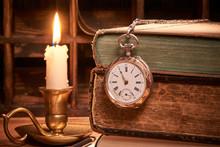 Alte Büchher Mit Uhr Bei Kerzenlicht
