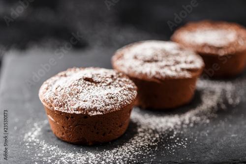 Fotografia Classic chocolate fondant on a dark background. Chocolate muffins