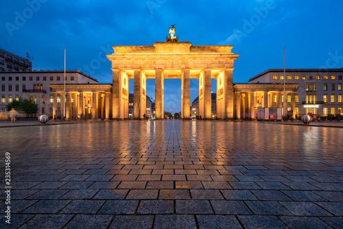 Brandenburger Tor im Winter bei Nacht, Berlin, Deutschland