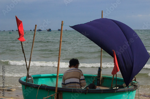 Foto  mui ne coast view of the village with fisher boats, vietnam