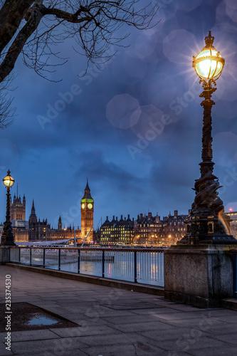 Montage in der Fensternische London Der Big Ben an der Themse in London an einem Abend im Winter
