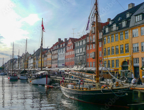 Photo  Nyhavn Waterfront Canal in Copenhagen, Denmark