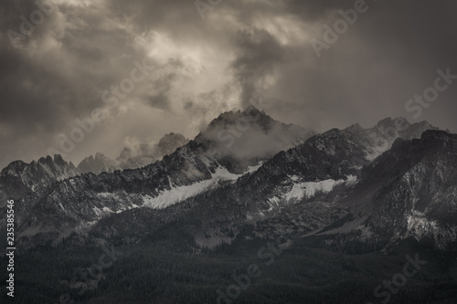 Fototapety, obrazy: the sawtooth mountains in idaho with grey sky and clouds