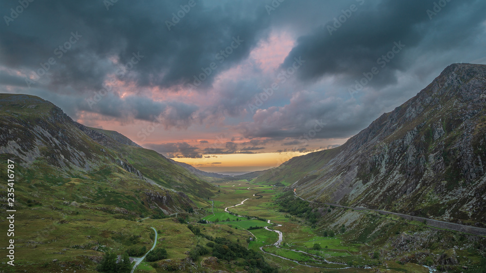 Fototapeta Beautiful dramatic landscape image of Nant Francon valley in Snowdonia during sunset in Autumn