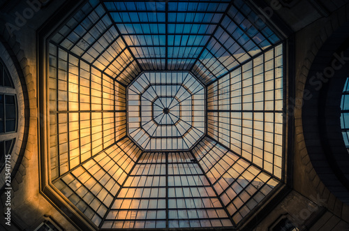 Foto Glass and iron patterned ceiling roof of huge dome view from below