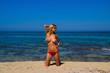 bellissima modella bionda in topless in spiaggia