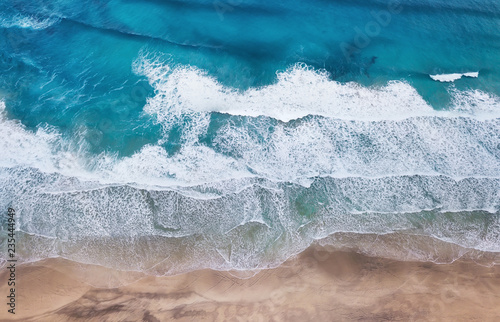 Photo sur Aluminium Cote Beach and waves from top view. Turquoise water background from top view. Summer seascape from air. Top view from drone. Travel concept and idea