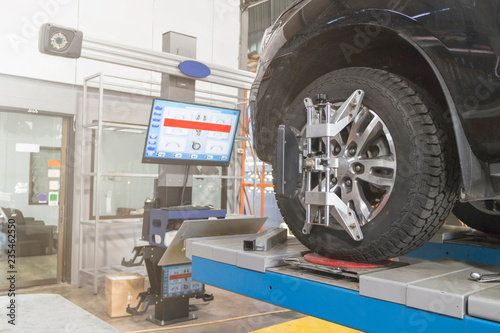 Photo A Car on the Car Steering Wheel Balancer and Calibrate with laser reflector atta