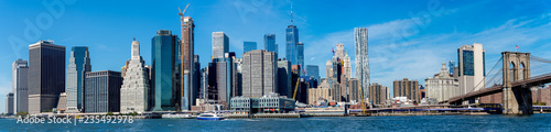 In de dag Stad gebouw Panoramic view of New York Manhattan skyline and Brooklyn bridge.