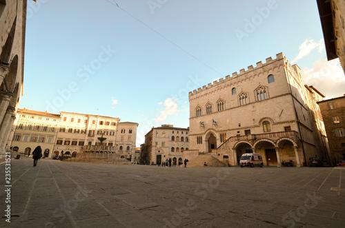 Fotografie, Obraz  Piazza IV novembre (la piazza principale) con il palazzo dei Priori e la fontana