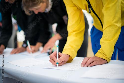 Pinturas sobre lienzo  Menschen Unterschreiben