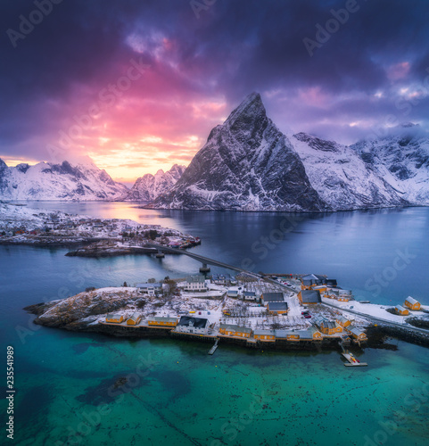 Fotografía Aerial view of Hamnoy at dramatic sunset in winter in Lofoten islands, Norway