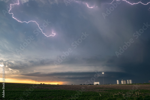 Photo  Lightning in the anvil of a supercell thunderstorm with an   ufo mothership wall