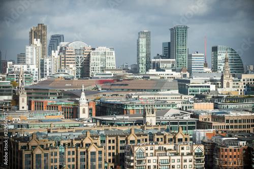 Obraz na dibondzie (fotoboard) Jasny sceniczny słoneczny dzień widok rozwijająca się linia horyzontu miasto Londyn, Anglia, z nowymi drapaczami chmur w budowie