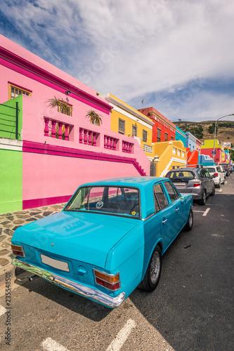 Buntes Auto in einer farbenfrohen Straße im Bo-Kaap Wallpaper Mural