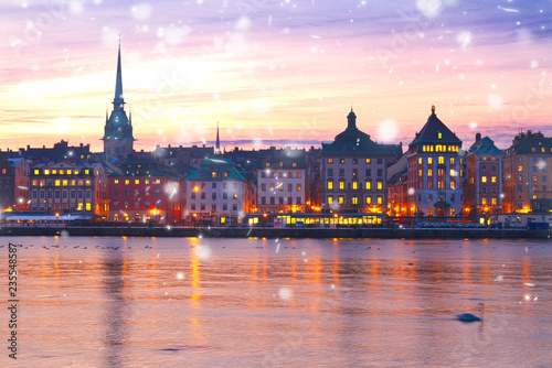 Photo  sunset scenery of the Old Town in Stockholm with snow, Sweden