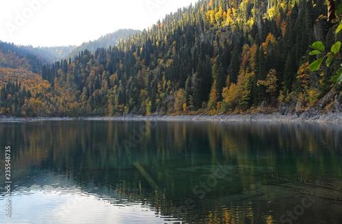 Photo sur Aluminium Gris traffic Beautiful lake surrounded by mountains and forests in autumn. Malaya Ritsa, Abkhazia.