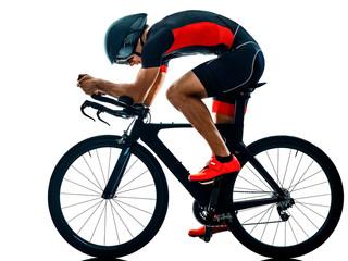 triatlonac triatlon Biciklist vožnja biciklom u sjenci studijske siluete izolirane na bijeloj podlozi