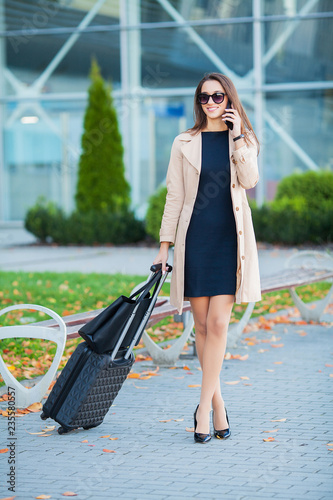 Photo  Girl carrying suitcase by streets