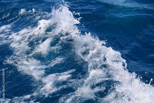 Stickers pour porte Photo background of blue foaming waves in motion ocean