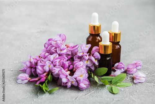 Fotografía  Essential oils and pink acacia flowers